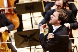 il M° Stanislav Kochanovsky dirige laVerdi con Solenne Paidassi solista al violino  - foto Paolo Dalprato (4)