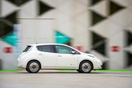 138565 The new longer range Nissan LEAF drives through Saint tienne M tropole