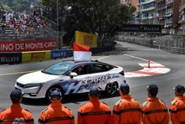 108490 Prince Albert of Monaco drives the Honda Clarity Fuel Cell in lap of honour