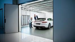 912125 alexander fijak andreas schmidt director of quality at the leipzig site l r pilot hall porsche plant leipzig 2017 porsche ag 1