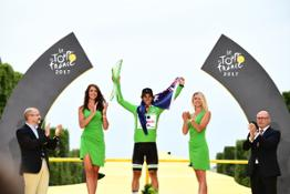 170724-Tour-de-France-winner-Christopher-Froome-raises-SKODA-crystal-trophy-into-Parisian-sky