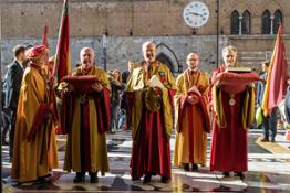 2017, il Capitano Generale fa il suo ingresso nel Duomo di Siena (portone centrale)