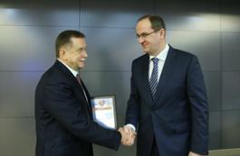 Sergey Khomyakov (left) congratulates Alexander Babakov, Director General of Gazprom Transgaz Moscow, on winning among subsidiaries involved in core areas of business