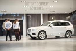 217557 The Hain family receiving their XC90 Drive Me car