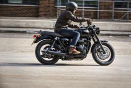 Bonneville T120 Black - Riding