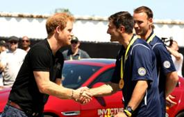 Prince_Harry_takes_part_in_the_Jaguar_Land_Rover_Driving_Challenge_and_awards_France_the_first_gold_medal_at_Invictus_Games_Orlando_2016-France_(130747)