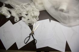 fashion designer impegnati a creare un bozzetto nei laboratori Signore 3