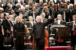 Claus Peter Flor dirige l'orchestra e il coro de laVerdi nel ricordo del M° Romano Gandolfi 18 feb 2016 - foto Paolo Dalprato (2)