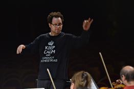 John Axelrod dirige laVerdi nelle prove Mahler-Weill aprile 2015 - foto Marco Biancardi (4)