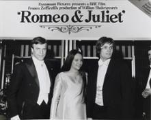 Franco Zeffirelli con Olivia Hussey e Leonard Whiting, protagonisti del film Romeo Giulietta, Londra 1968. Diritti Fondazione Franco Zeffirelli