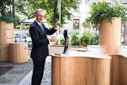 ceo-cees-t-hart-pouring-from-bar