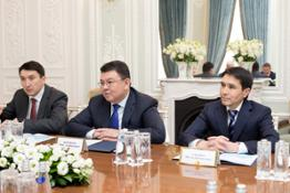Kanat Bozumbayev (center)