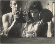 Zelfportret met zijn vrouw Ata Kando voor de spiegel in hun appartement in Parijs, 1952. Schenking Jan & Trish de Bont