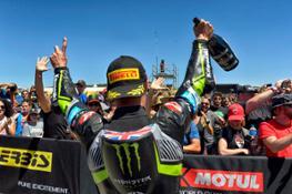 Jonathan Rea festeggia la vittoria