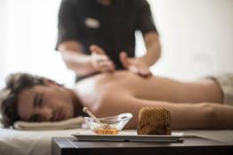 Massaggio con miele altoatesino by Luca Meneghel