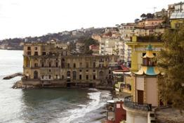 Napoli, Pagoda di Villa Doria D'Angri e dietro Palazzo Donn'Anna - Foto StudioF64 © FAI  - Fondo Ambiente Italiano