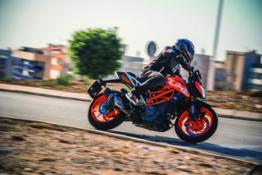 KTM 390 DUKE Action 02