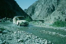 Una furgonetta 2CV (AZU) in corsa nel greto di un fiume (1961)