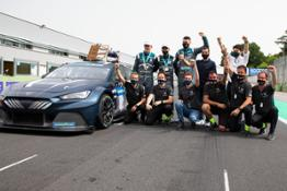 CUPRA-wins-the-worlds-first-all-electric-touring-car-race 10 HQ