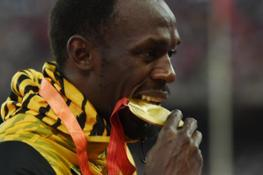 usain-bolt-and-his-gold-medal
