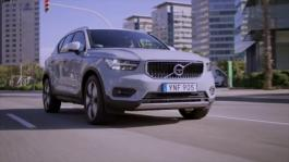 216725 New Volvo XC40 D4 Momentum Amazon Blue Driving Footage